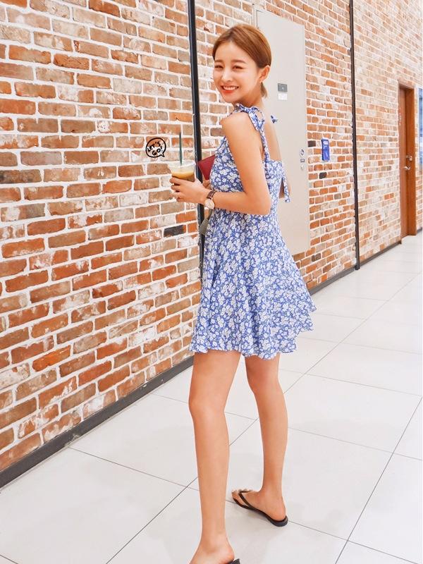 藍白碎花,清純養眼,款式簡潔又利落,看起來並不會讓人覺得太可愛!