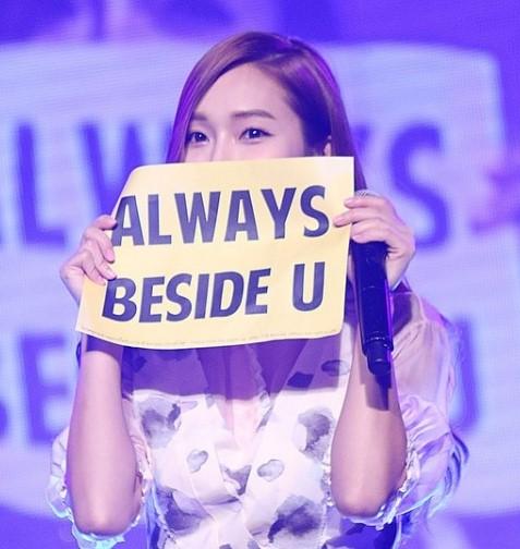 除了太妍的方式外,也有Jessica這樣,在會場就舉起手幅直接感動粉絲心的舉動!