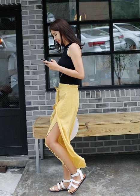 ◇開叉設計更個性 今年夏天韓妞還特別流行開叉設計的寬褲,有開叉到大腿的高調款。