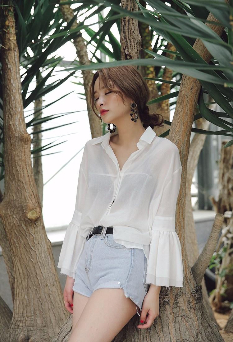 ◆上衣較寬鬆 上衣較寬鬆的話,全塞進下裝裡會很不舒服,所以只塞前面一點就好了,提高腰際線的同時,更顯隨性感。