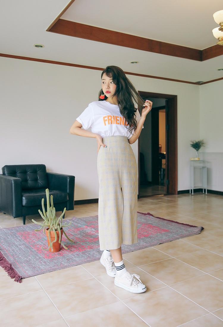 ◆高腰下裝 如果是穿高腰下裝的話,韓妞喜歡把上衣全部塞進下裝裡,來提高腰際線,拉長身材比例,尤其適合小隻女。