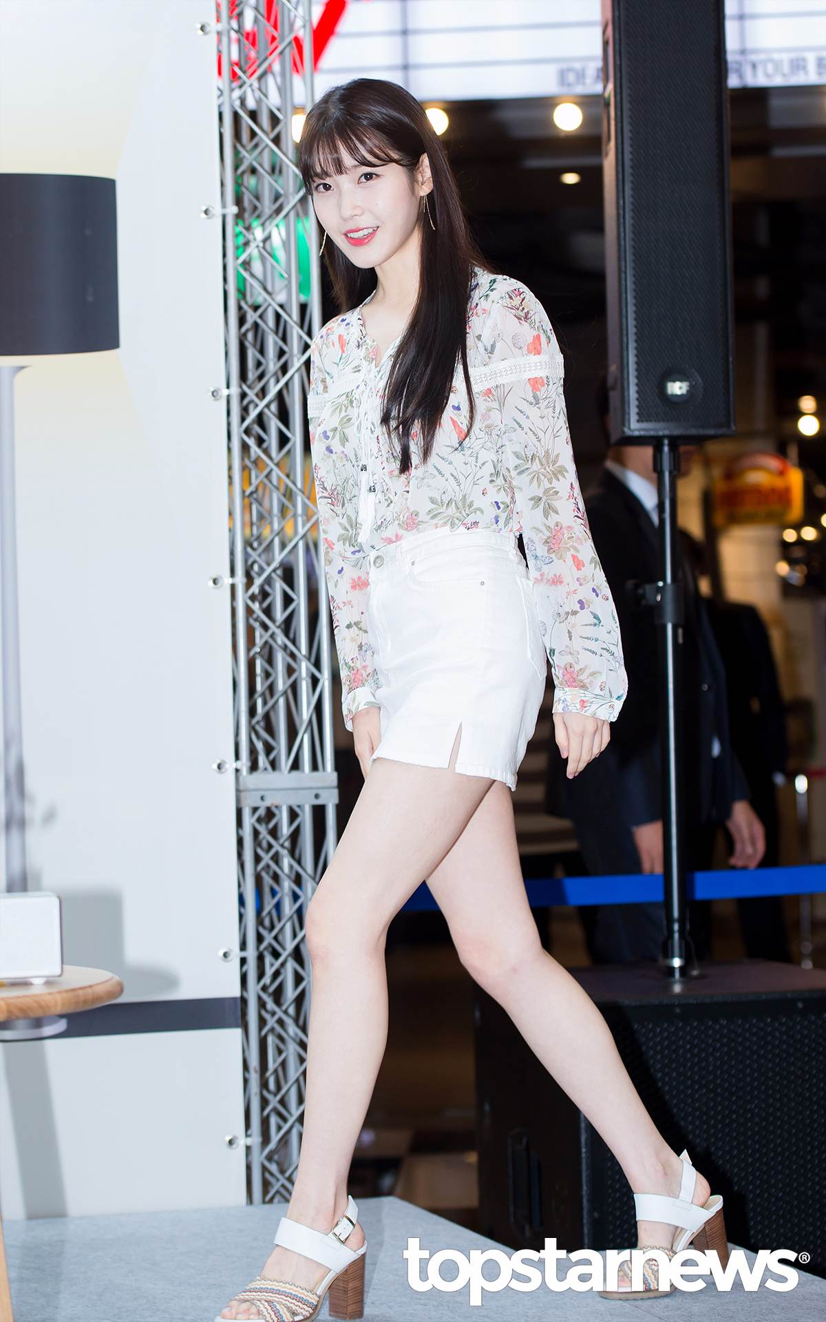 IU這次為音響品牌站台,小碎花的上衣搭配純白超短裙,襯得白皙肌膚都要發光啦~