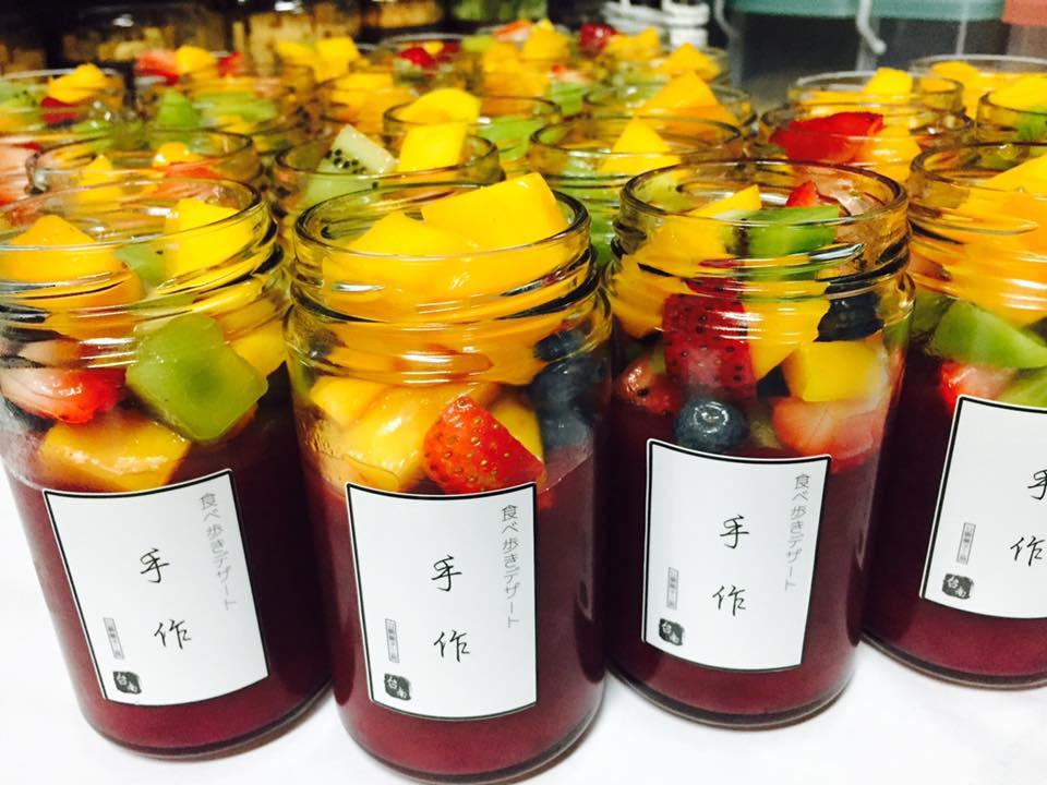 像是這款覆盆子鮮果果露,使用進口覆盆子果泥製作成果露,再搭配各種水果,炎炎夏日吃上一瓶真的好幸福