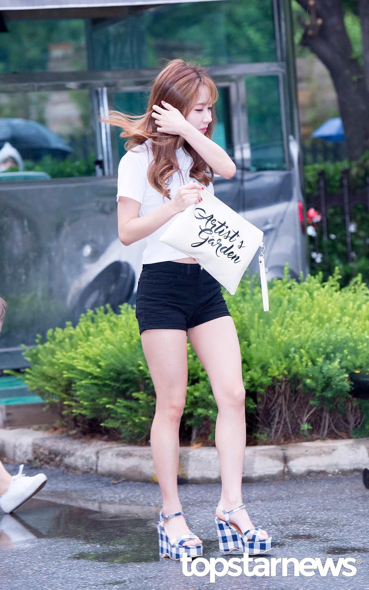 除了最常穿的丹寧短褲,黑色短褲也很配白T。好身材的女孩可以選一件修身的短板白T來搭高腰短褲。