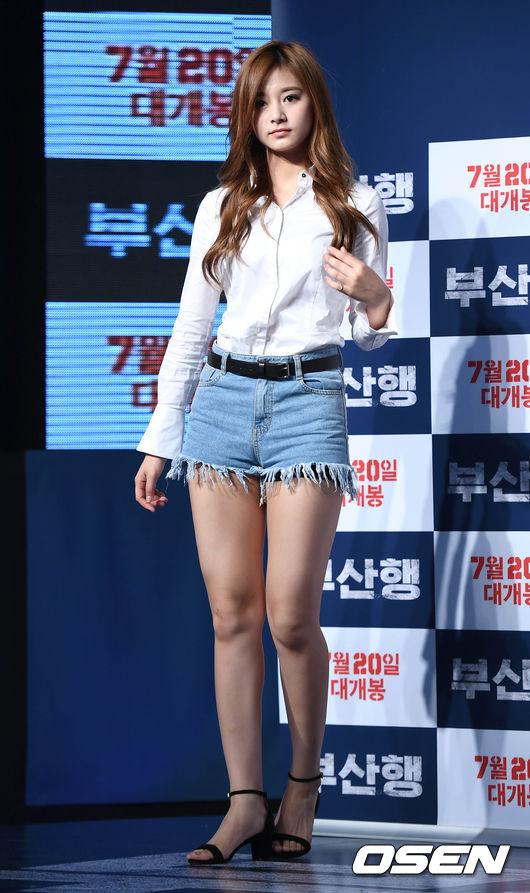 子瑜雖然搭配一件簡單的純白襯衫,但黑色皮腰帶卻很加分,摩登少女說過很多次了,今年夏天韓妞特別流行黑色的皮腰帶。