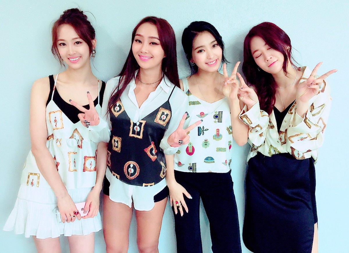 最近韓國網友翻出了SISTAR成員寶拉、孝琳、韶宥,今年三月底參加婚禮時和新郎新娘的合照…