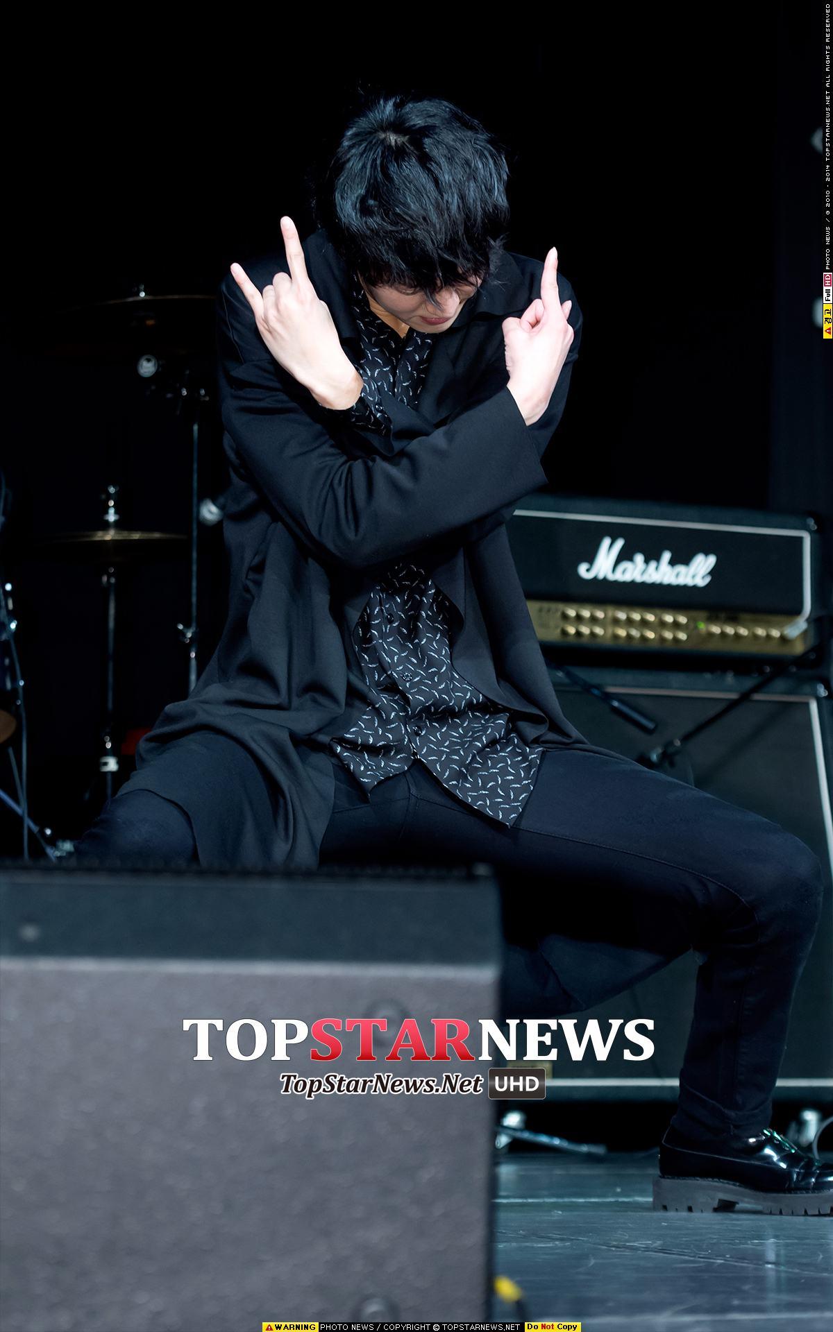 除了做音樂,鄭俊英大哥本人也非常有藝能感,在韓國綜藝節目中還滿活耀的~(雖然看不到臉但這是鄭俊英沒錯)