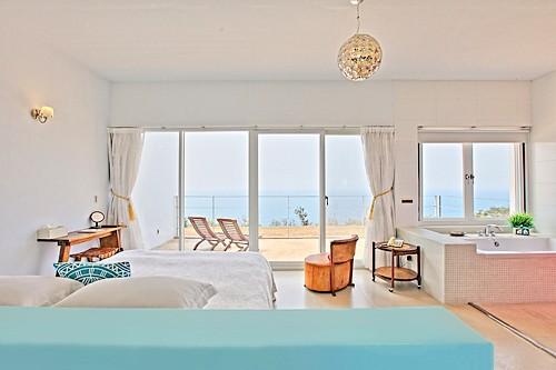 房間也超夢幻的呀~每間房都面朝大海,還有一大片的落地窗,再搭配純白的簡單設計超有渡假的港覺 ~(但是浴缸就直接大喇喇的擺在房間沒有門也太害羞XDD