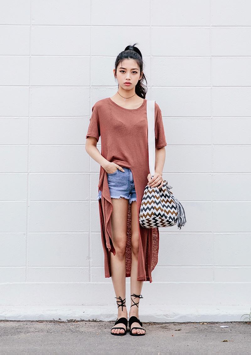 PLUS特殊剪裁的T恤 除了多搭一件單品,其實選一件特殊剪裁的T恤也是很不錯的選擇,像今年夏天韓妞特別流行的高開叉T恤