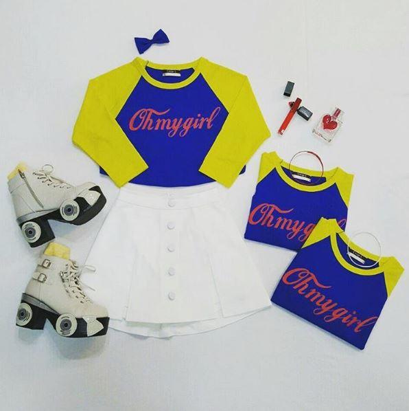 可愛的白色網球群配上鮮豔的藍黃相間的上衣....旁邊還有一些小裝飾品!!快告訴我這哪裡有賣!