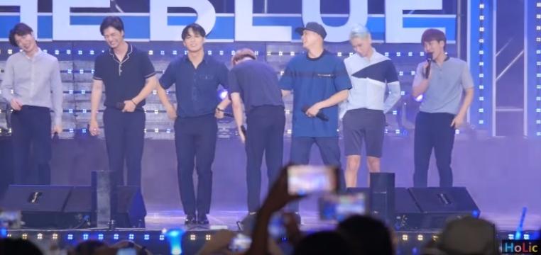 但想不到,在7月28的巨濟島The Blue Concert中,我們真的和旼赫的小褲褲第二次見面啦!看看弟弟們貼心守護他但掩飾不住的笑容阿哈哈~