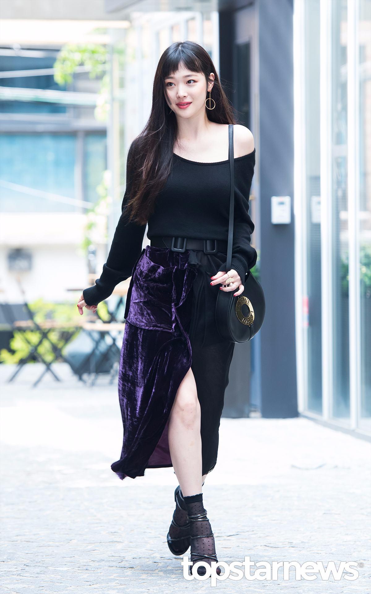 除了前面甜美風格的穿搭,最近出席活動的雪莉還展現了她性感的一面,露肩、高開叉、蕾絲襪X高跟鞋,這些極致性感的單品,跟雪莉的甜美氣質居然也毫無違和感,反而碰撞出一種反轉魅力。