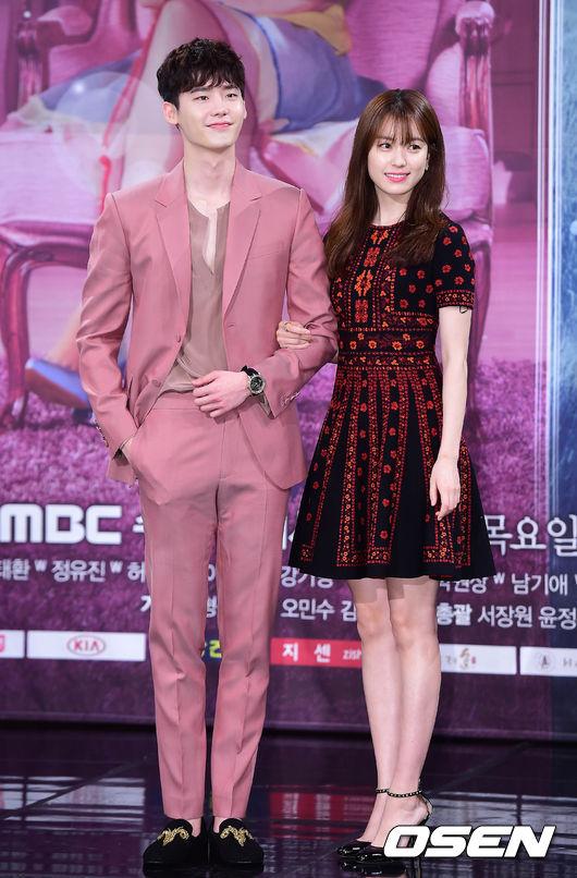 《W-兩個世界》是韓國 MBC 電視台製播的戲劇,由李鍾碩和韓孝周領銜主演,一部男女主角可以穿越二次元和現實世界中的愛情故事。