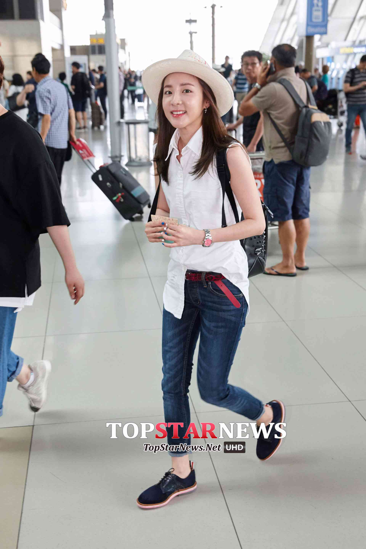 Dara則把長款的無袖襯衫,前面只塞一邊,露出大紅色的皮腰帶,加皮鞋,非常帥氣。