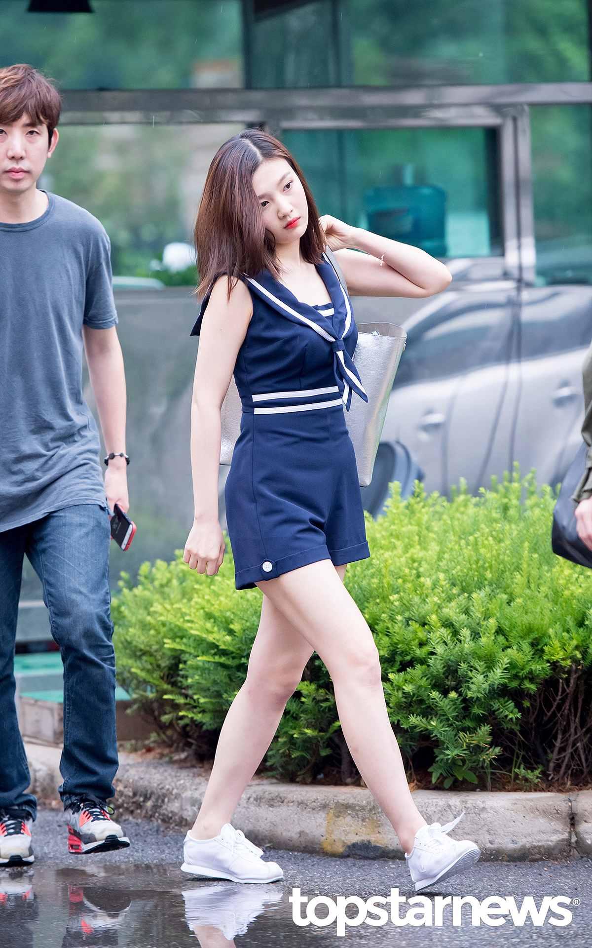 ◇連身短褲 韓妞在夏天也很流行穿連身款,Joy的海軍風連身短褲,很有海邊的清爽感。