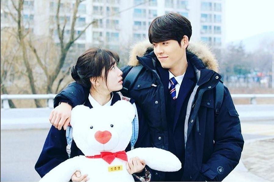 不只最近在韓國風評被神劇《W》壓倒性掩埋,秀智更是因為和金宇彬在戲裡飾演絕症的大明星戀愛,而且兩人在劇中還遲遲沒有正式在一起,虐到不行~而且更從戲裡虐到戲外