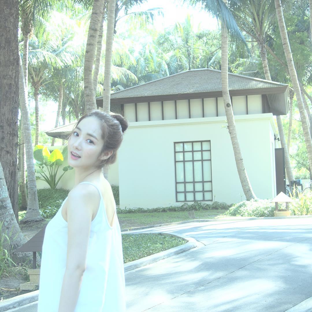 9. 朴敏英 雖然散開頭髮也很好看,但是在炎熱的夏季,沒有比丸子頭更好的了吧!