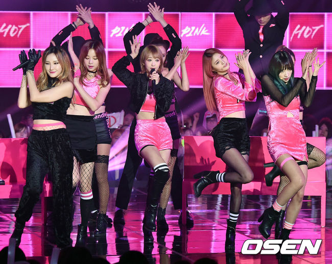 不過至少不會再出現《Hot Pink》時期黑色配上hot pink的粉紅色絨質打歌服,再加上粉紅色Led 背版,讓你找不到成員在哪裡的驚人服裝了啦!