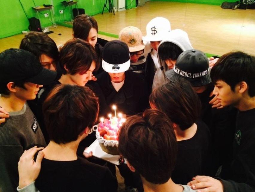 有沒有發現蛋糕也特別大,不然一人一口就沒了阿~~好想聽SEVENTEEN的生日快樂歌喔XD