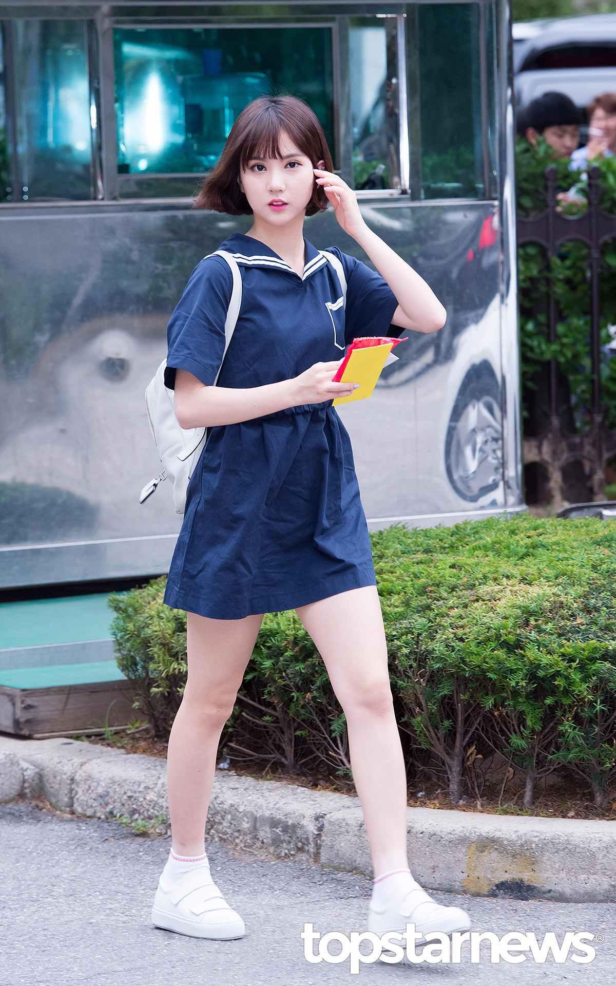 Eunha ✪ 少女氣質LOOK 如果想用海軍裝彰顯少女氣質,那藍色的海軍領連衣裙再合適不過了耶!像Eunha這樣,只是用基本款的白色單品搭配連衣裙,就能打造出既減齡又清涼的感覺,少女感十足^^