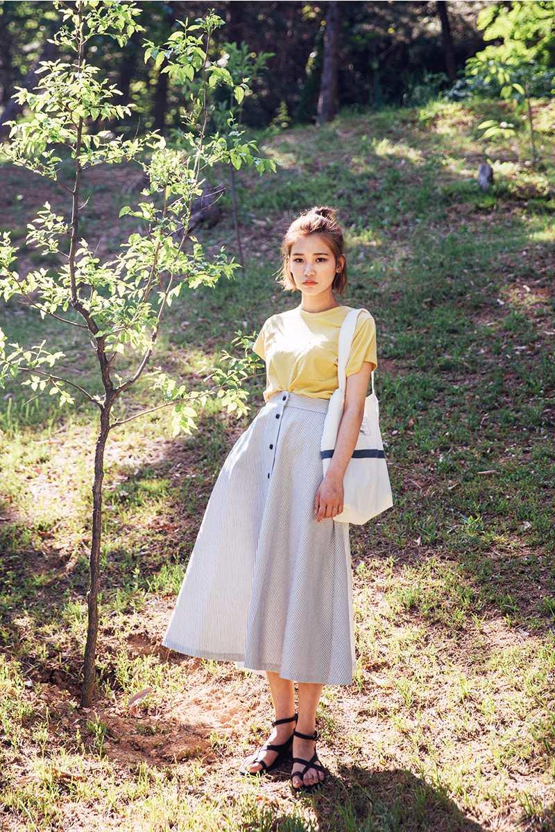 格紋排扣傘裙,非常適合高個子的女孩,搭配上低調的素色T,不會有很強勢的感覺。