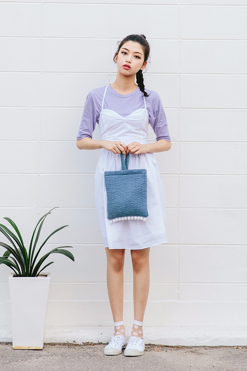 素T搭細肩帶的連身裙,白色的蕾絲襪子,充滿了不做作的小女人味。