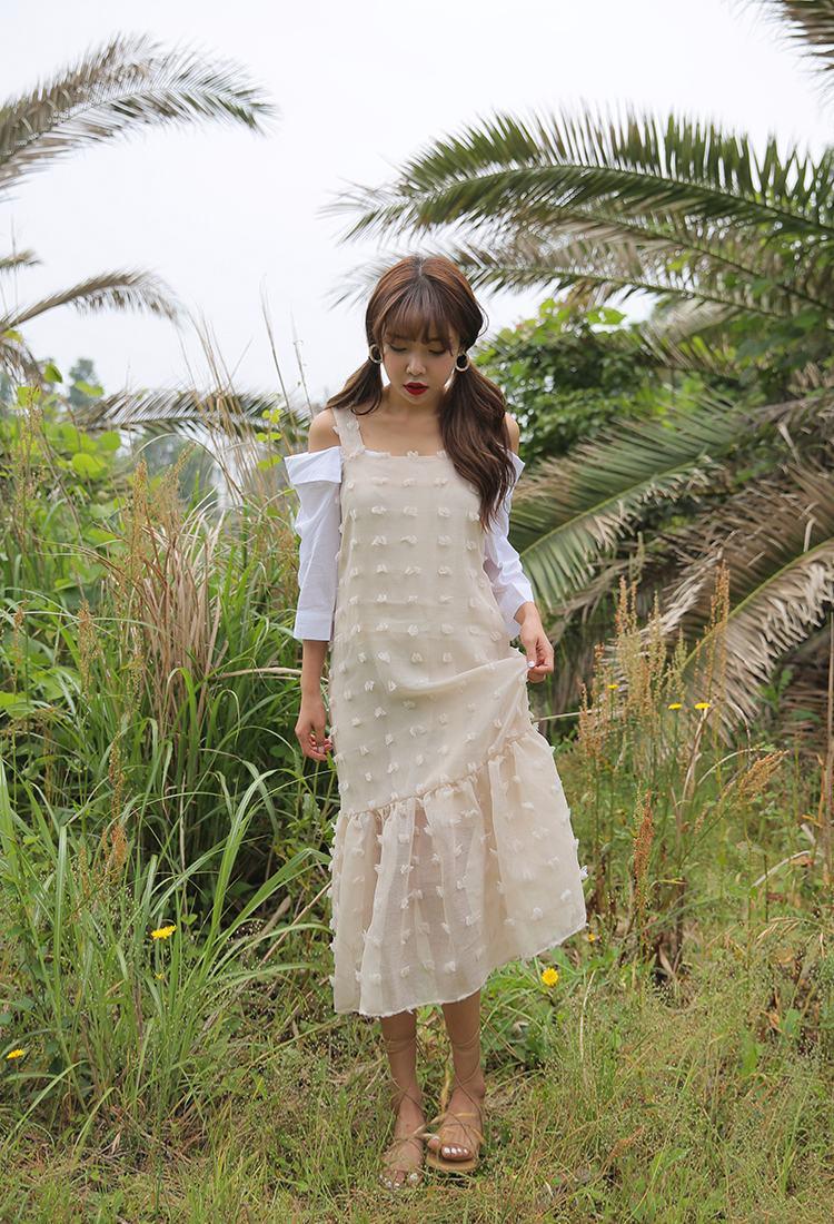 裸色的長紗裙,內搭一字領白T,復古風的綁帶鞋,處處都流露著韓妞清新自然的小女人味。