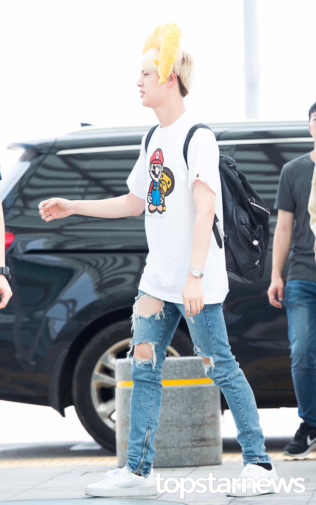 Jin啊~你這樣把機場當自己家,放這麼開沒問題嗎?(是太陽太大所以讓你眼睛變小了嗎?)