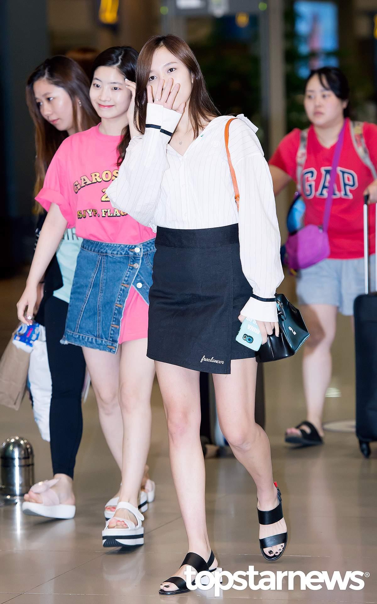最近的機場私服中,多賢用一件粉色長T,搭了一條排扣A字裙,不過只係上面的兩個紐扣,非常個性。