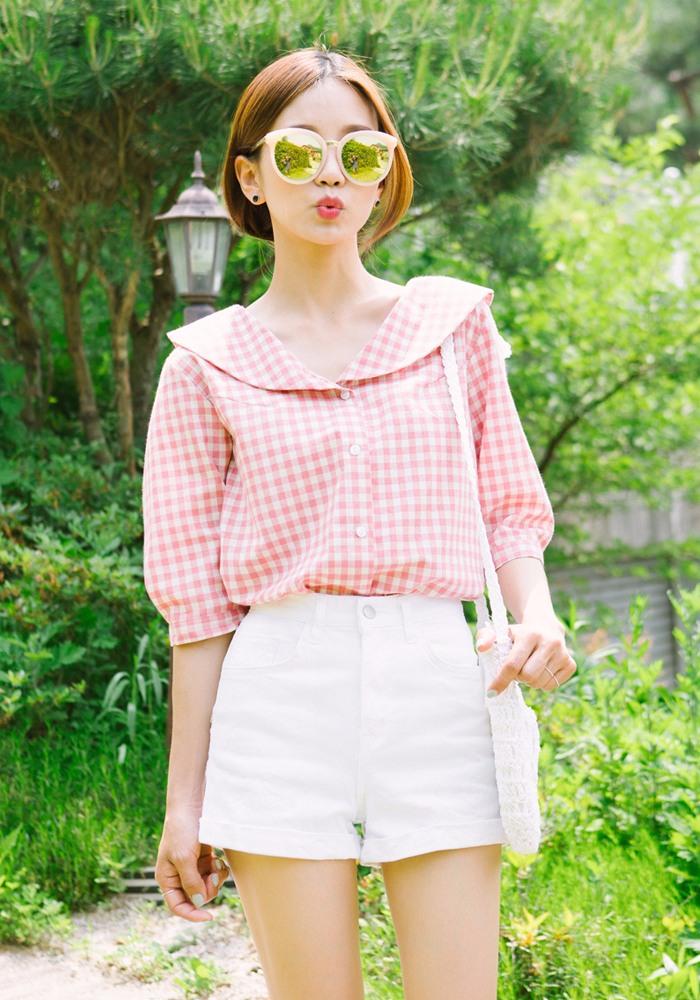 粉色的海軍領造型格紋雪紡上衣,搭配淺色系的下裝,粉粉嫩嫩,好像要捏一下哦XD