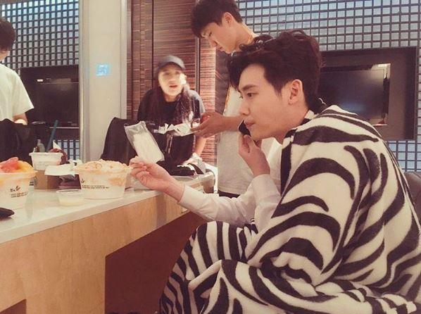 最近姜哲...誒..不對...李鍾碩在SNS上傳了一張侧拍照並留下「好累阿...」一句話