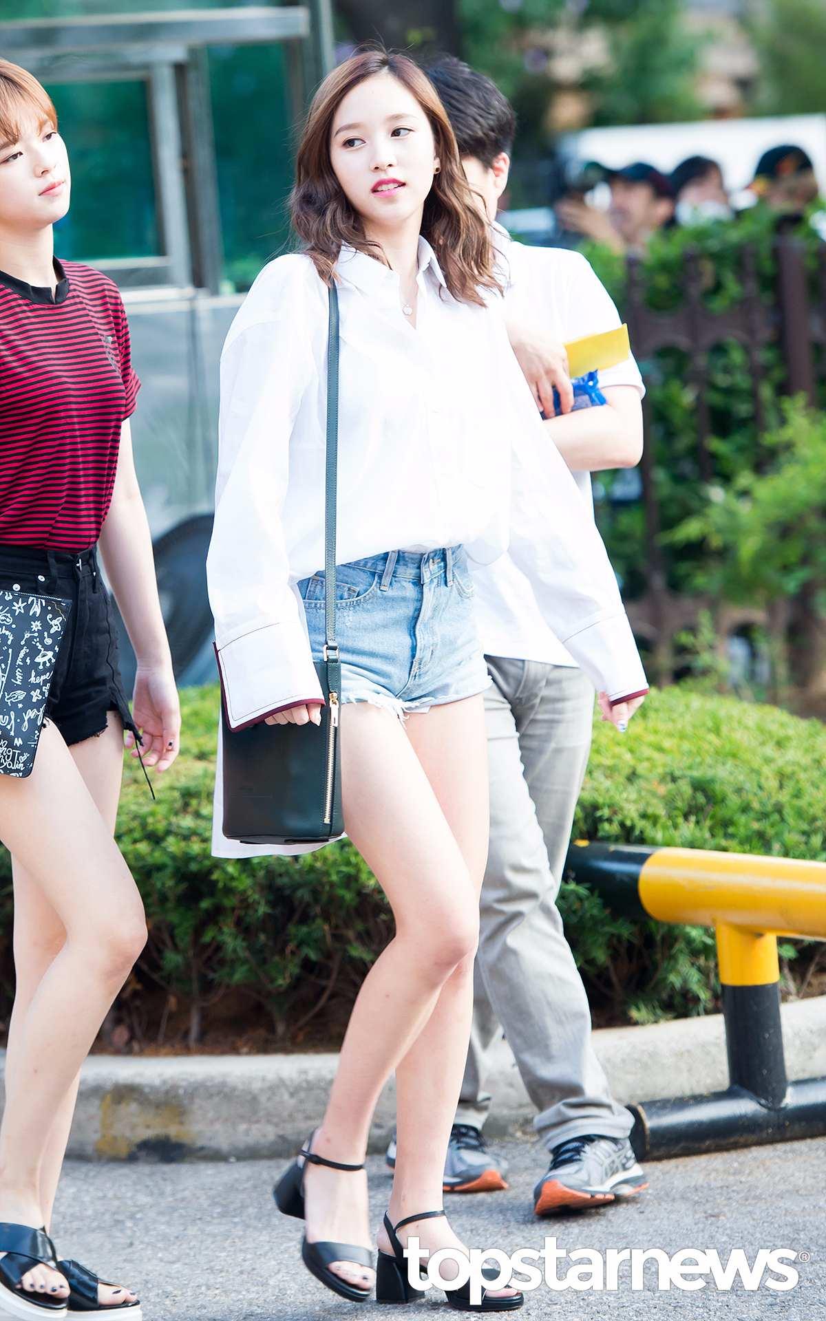 ♡Mina 首先跟女孩們分享的是Mina的輕熟造型,從髮型到穿搭,Mina一直都是走輕熟風,Mina的私服中真的很少穿休閒T,基本都是偏正式感的襯衫,搭配高跟鞋。