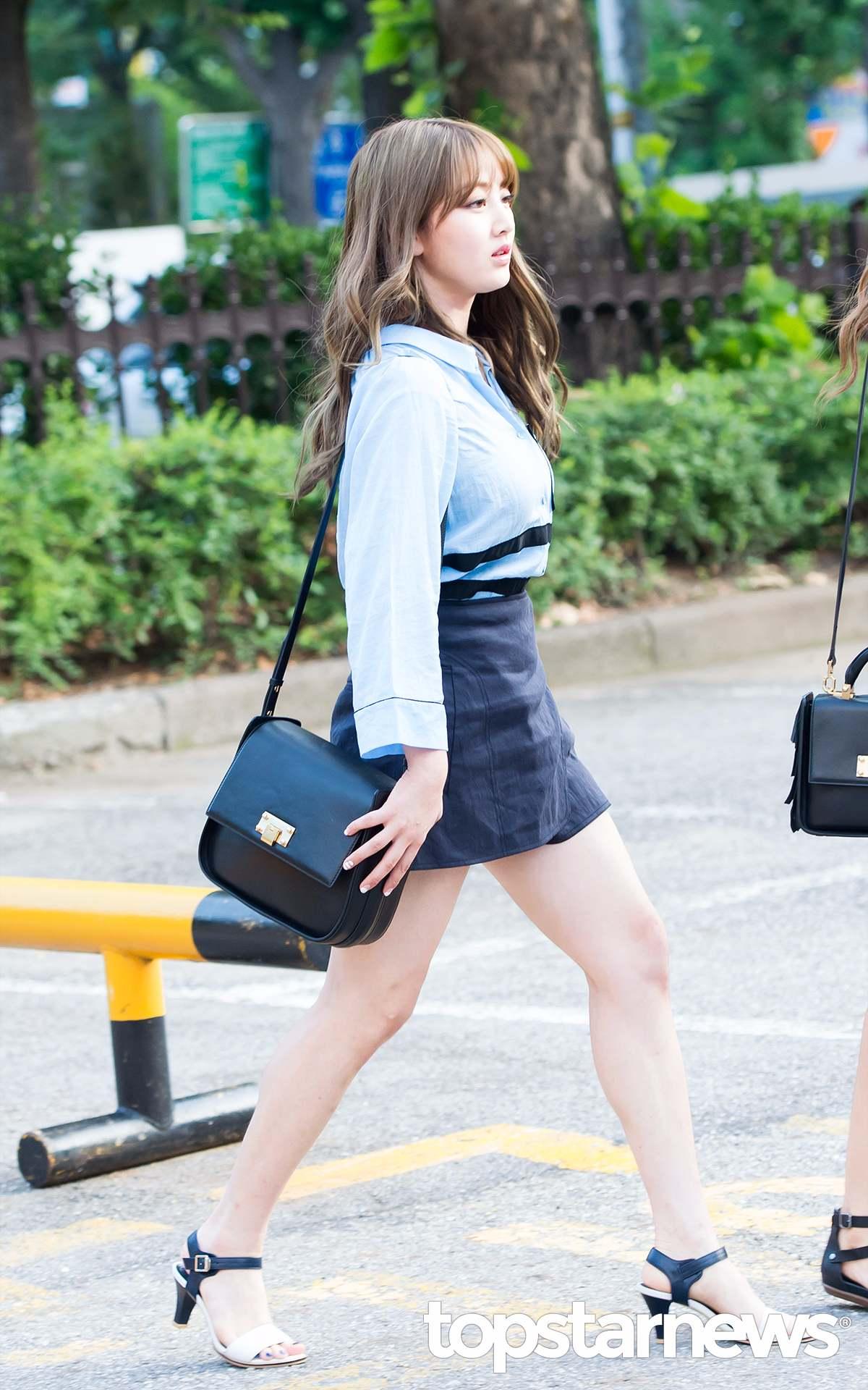 ♡志效 跟Mina一樣走輕熟風還有隊長志效,志效還是一貫的用睡衣風格的襯衫搭配A字裙。志效睡衣風格的襯衫基本都以藍白兩色為主,設計上也多是滾邊。