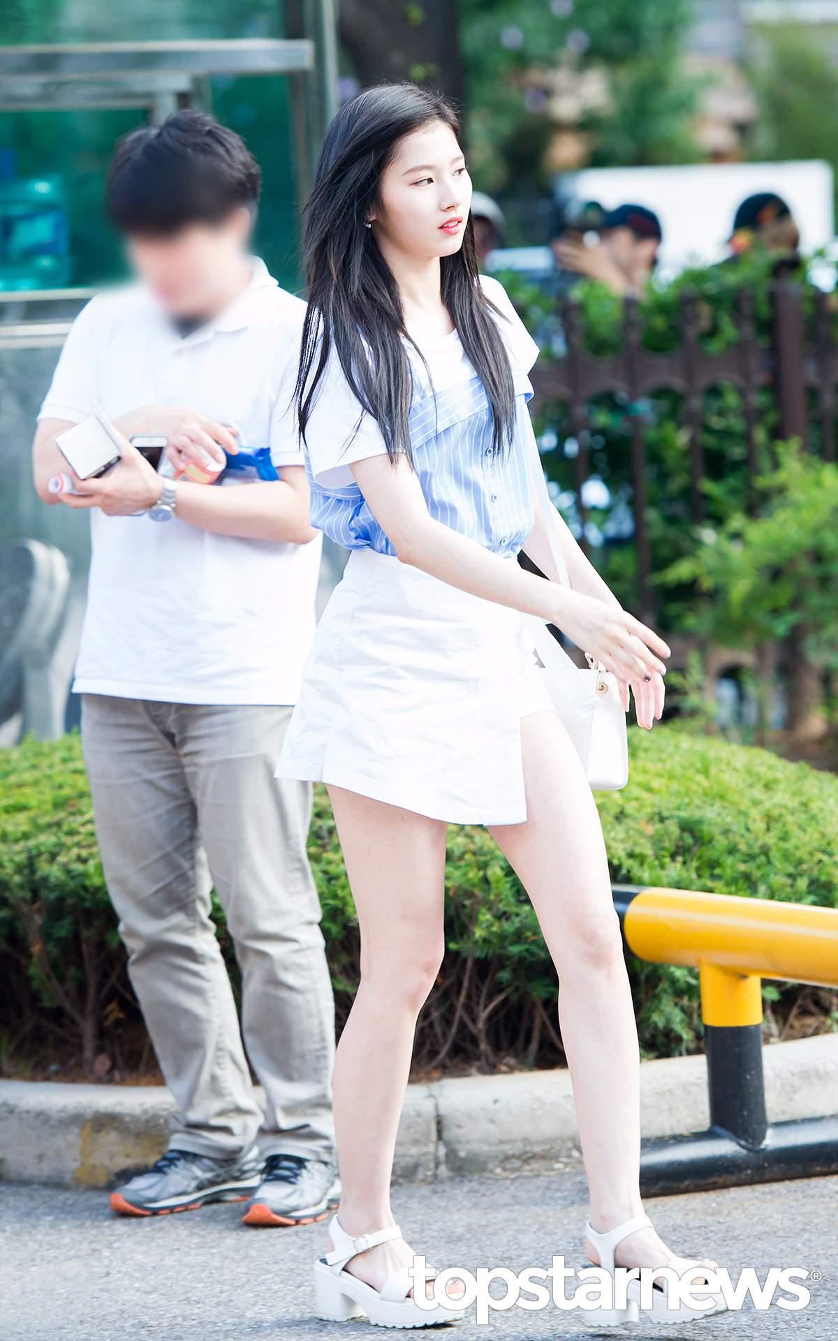 ♡Sana 跟娜璉一樣走清純風的還有Sana, 細肩帶背心內搭棉白T,再搭配純白色的斜擺開叉裙。還有自然的黑色長直髮,看上去就很美好的感覺。