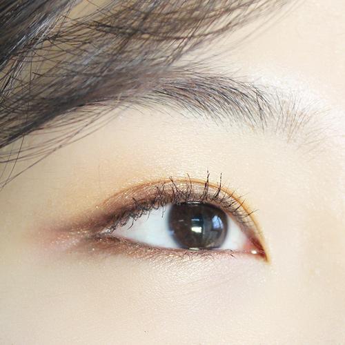 這類型的女孩千萬不要用黑色眼線液,反而會讓自己的兇感增加!可以選擇咖啡色眼線,在眼尾的部分平拉即可。當然眼妝不可以太重,才不會加深那種壞印象啦!