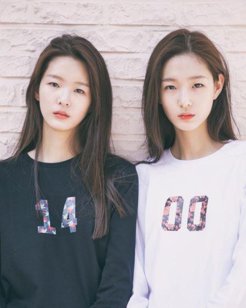 好!她們是雙胞胎姊妹!姐妹兩人都是YG Kplus model旗下的模特兒 左:서윤 ( seoyoon ) 右:서현 ( seohyeon)