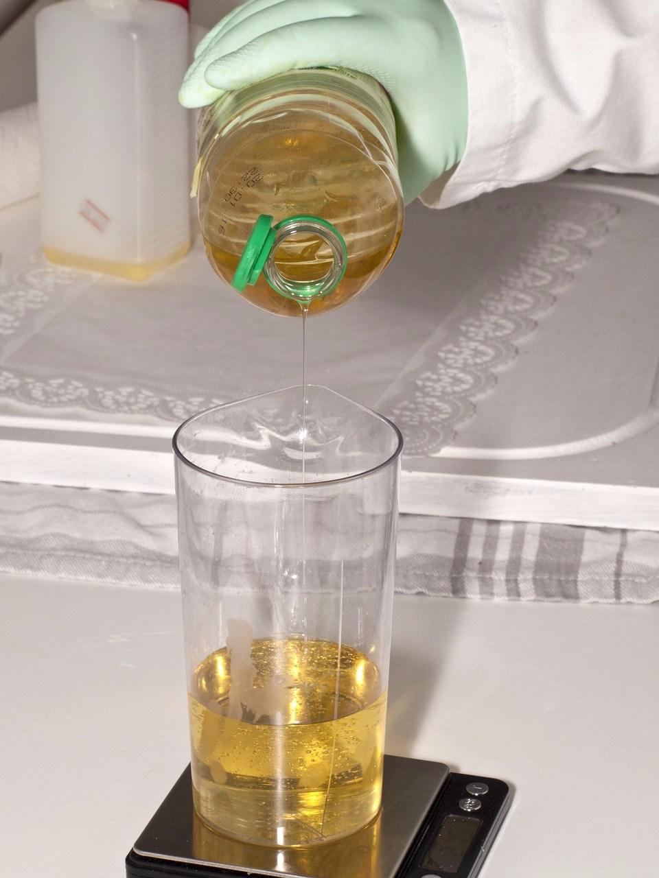 研究使用薰衣草、鼠尾草和墨角蘭三種精油,以2:1:1比例混合,再稀釋到3%。 按摩後,經痛的時間從2.4天減至1.8天。