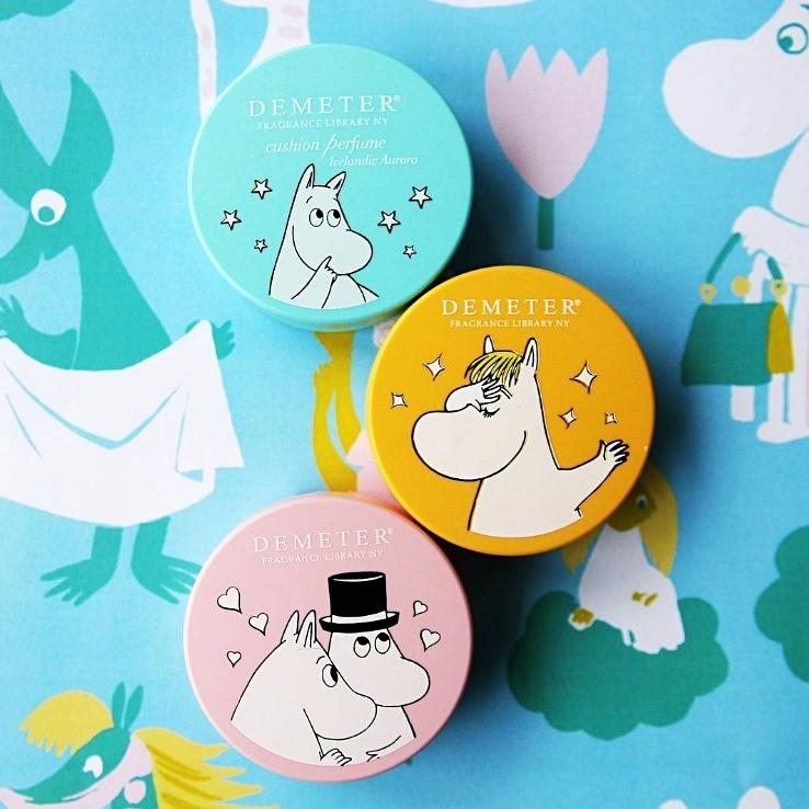 ▶DEMETER 嚕嚕米北歐系列氣墊香水 DEMETER其實是美國的香水品牌,以塑造「身歷其境的情境感」所著稱,香氣屬於清爽怡人的大自然氣息,價位也滿平價的(台幣約$355),在韓國相當受到好評 新推出的氣墊香水不只攜帶方便,香味也很持久,讓你隨時想要補香都方便,又是可愛的嚕嚕米,當然被搶翻阿