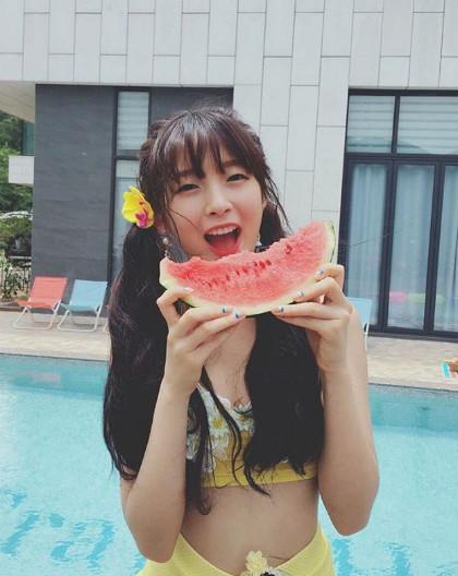 而因為Arin,也讓韓國女生開始再次流行起這個撒嬌的語氣詞和動作。(據說韓國歐巴最抵抗不住的就是女友用鼻音發出「A-ing 」這個詞了)