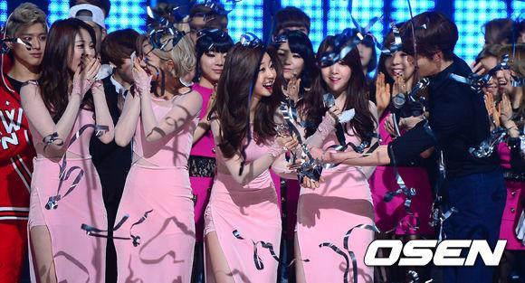 那就是她們至今仍是花了最長時間才得到冠軍的女團,從出道後一路陷入低潮到成為韓國的一線女團奪下冠軍總共花了4年,也就是1095個日子的等待。