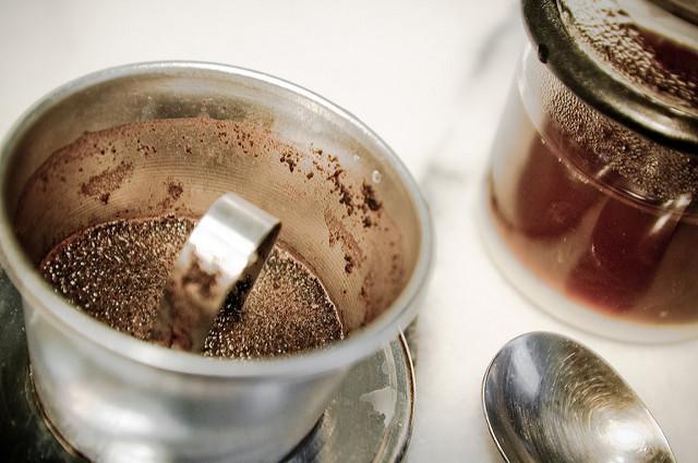 咖啡裡的咖啡因對消除橘皮有神奇的功效! 把椰子油和咖啡渣以1:1的比例混合,只要按摩5分鐘,簡單的橘皮消除任務~完成♡!!!