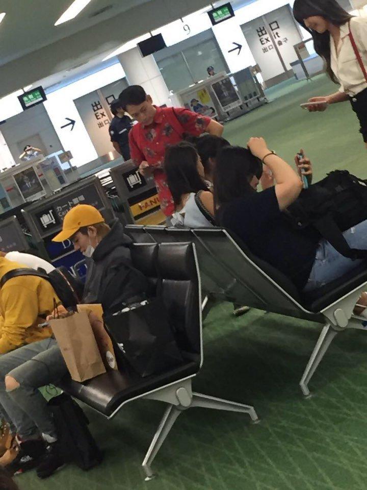 不久前才有人拍到雪炫和Zico一同在機場,卻背對背坐的照片。約會時間又少又要在意旁人的視線,頂級明星的戀愛真的不是普通的艱難啊…