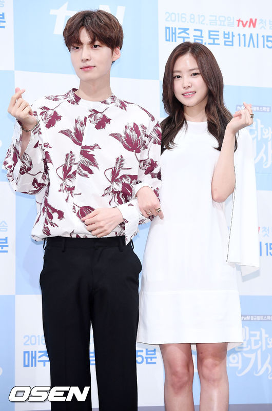 大家都看了前幾天tvN釋出這星期五(8/12)就要首播的《灰姑娘與四騎士》第一集預告嗎?還沒播出就先在預告公開了安宰賢和娜恩的吻戲,太刺激小編的心啦~~~~