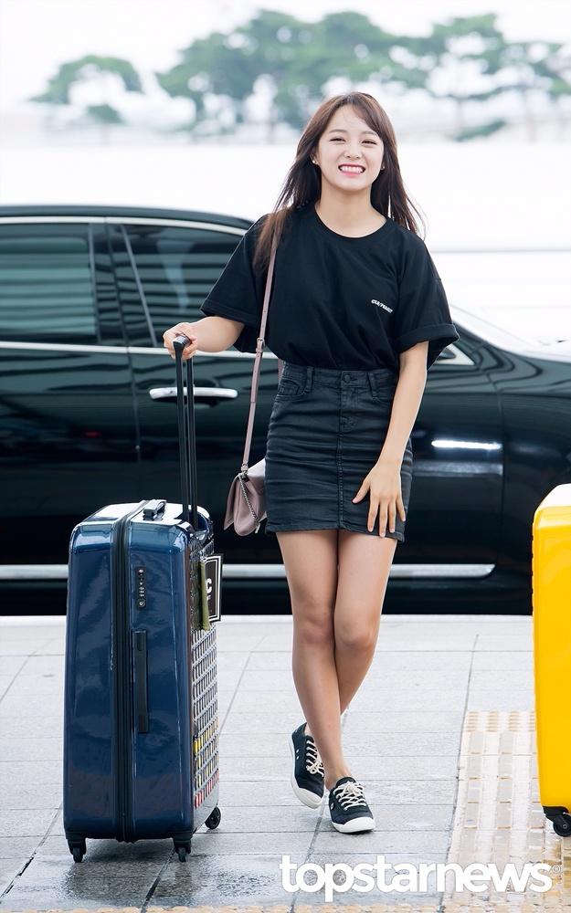 世正是以黑色T-shirt配上幾乎人手一條的窄裙,甜美青春風展現十足活力