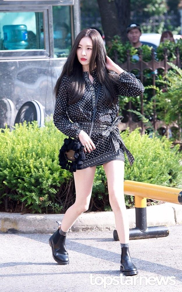超漂亮的宣美穿上黑色印花更顯白了,一樣是在腰部系上絲帶加強曲線,選擇絲質材質的衣服在夏天也不會過於厚重喔