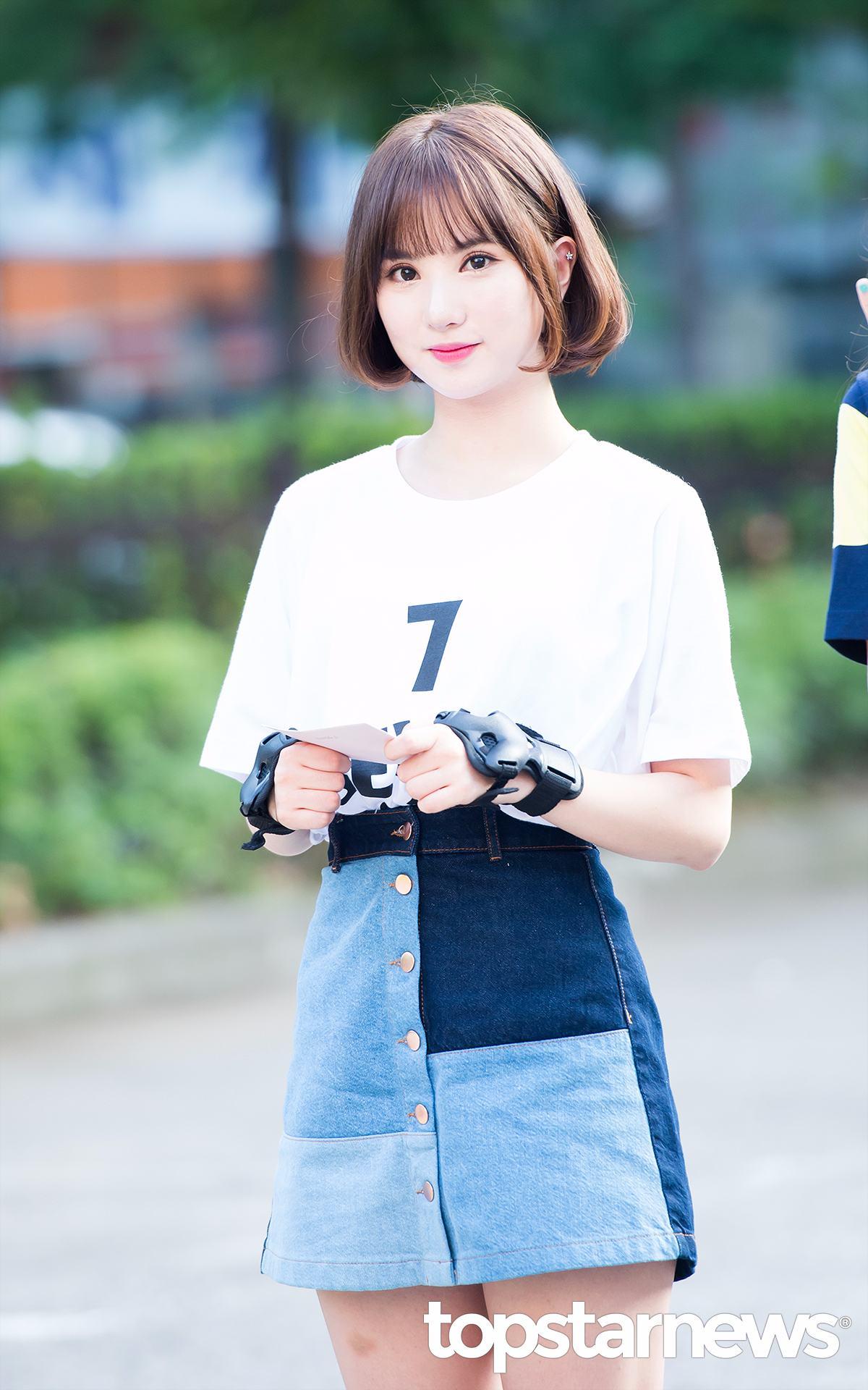 GFRIEND的Eunha穿了一條拼接的牛仔裙,配上簡單的數字T,但是具有設計的裙子配上A字型的設計,可以讓自己看起來更顯瘦!