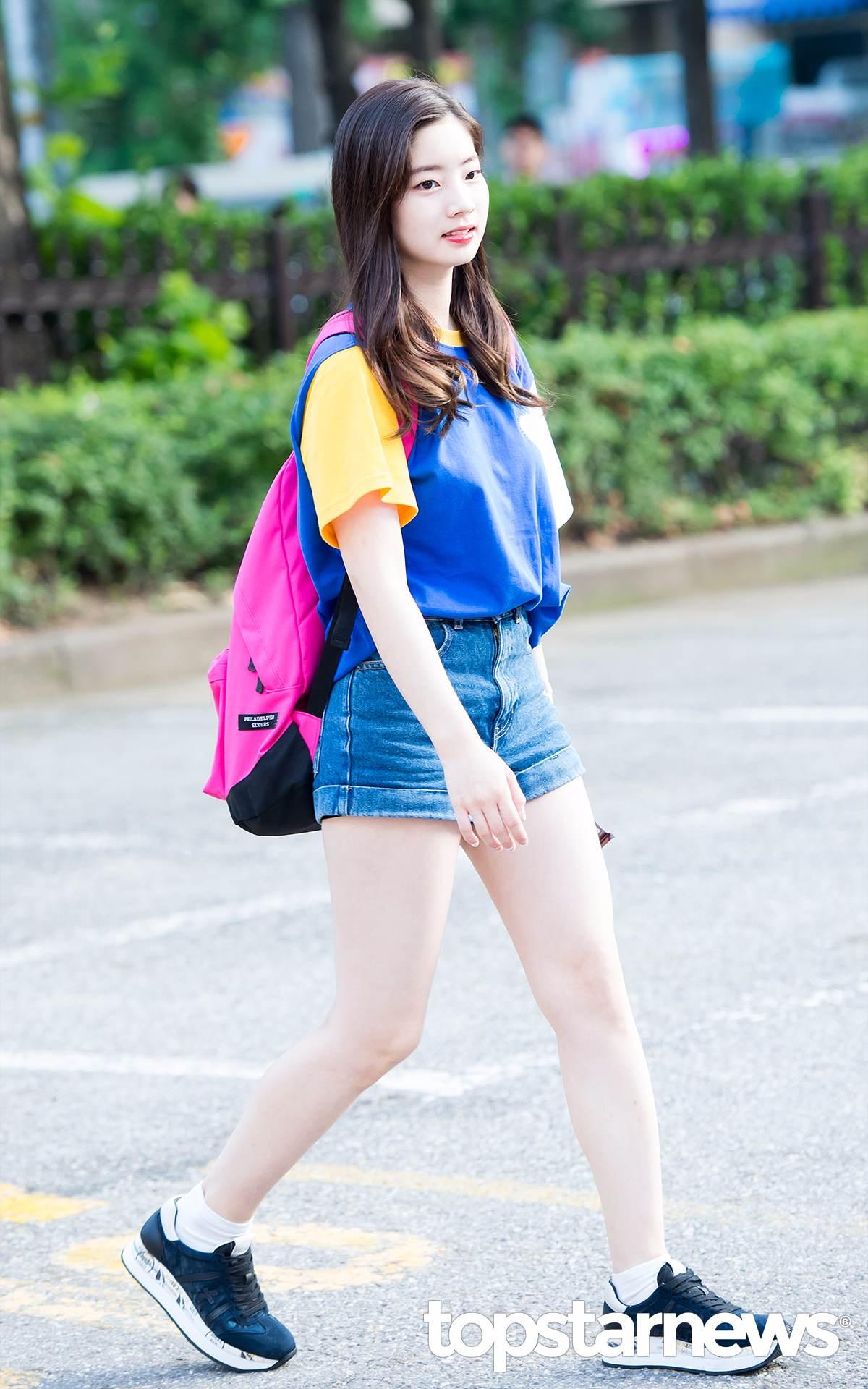 TWICE多賢身上這件撞色的T-shirt超級適合少女,穿起來完全青春洋溢~~