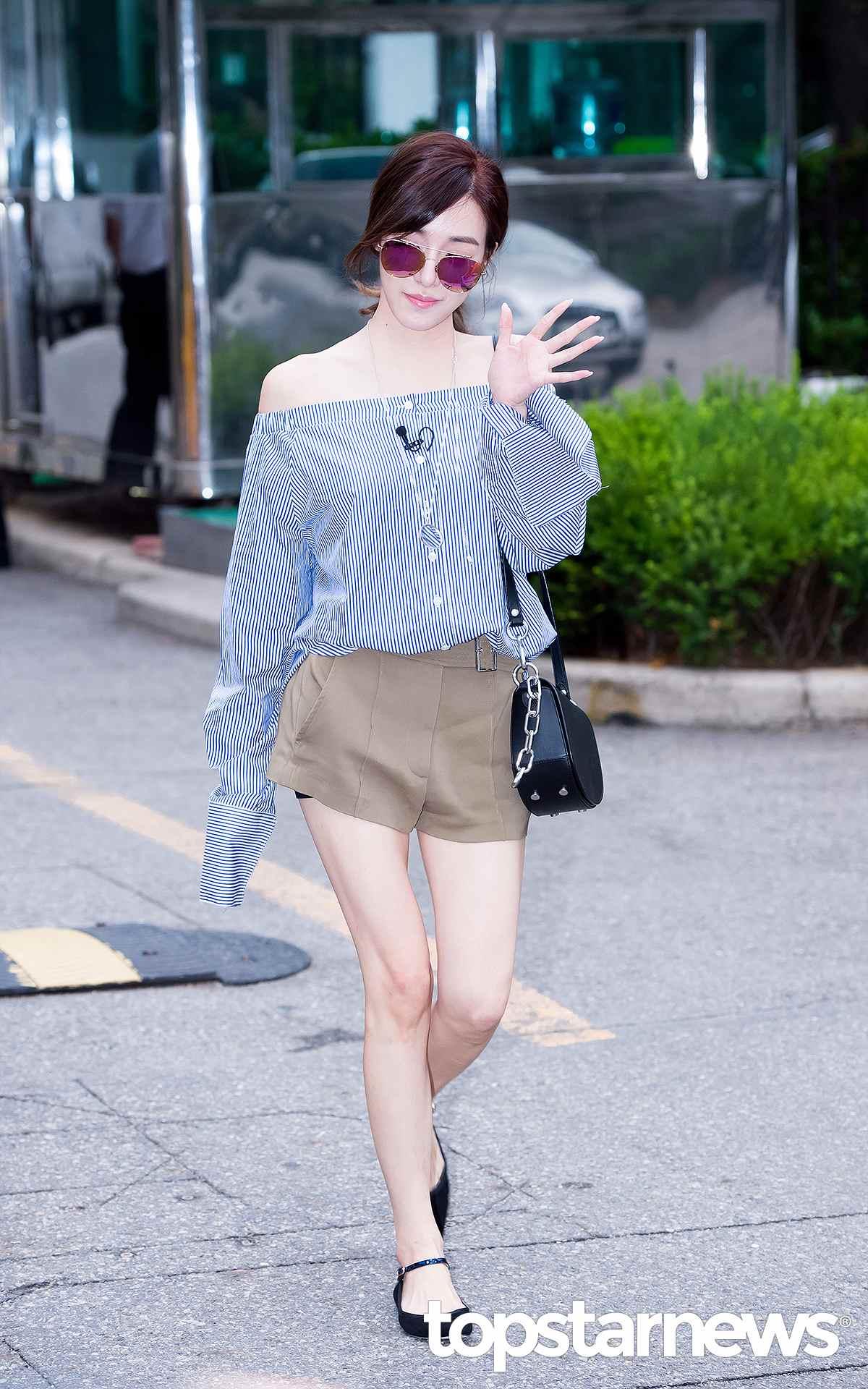 Tiffany則是選擇袖子較長的款式,秉持著上寬下窄的搭配原則,看起來更瘦!