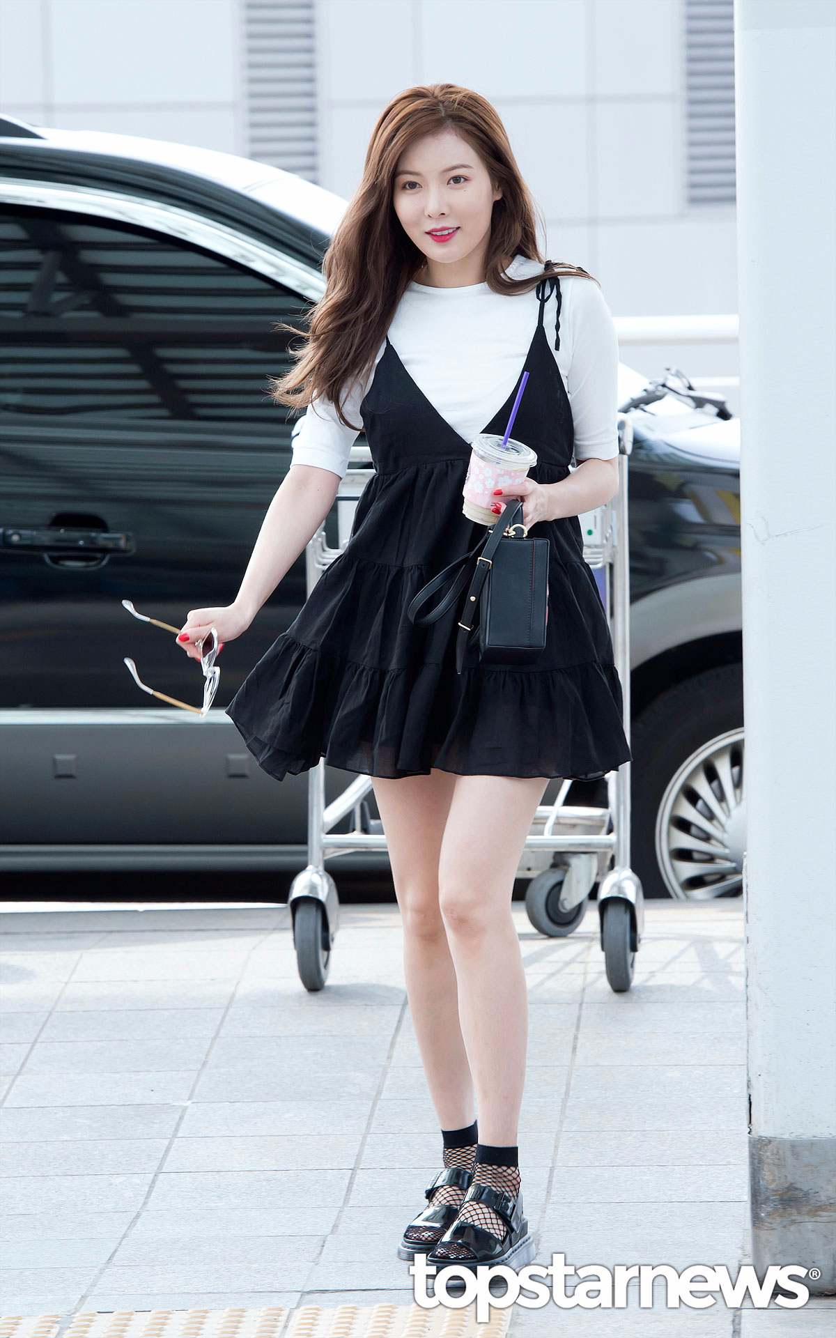 泫雅身上這件黑色背心裙在肩膀的地方做了綁帶設計,裙襬的部分較寬鬆,穿起來會讓腿部看起來更纖細。