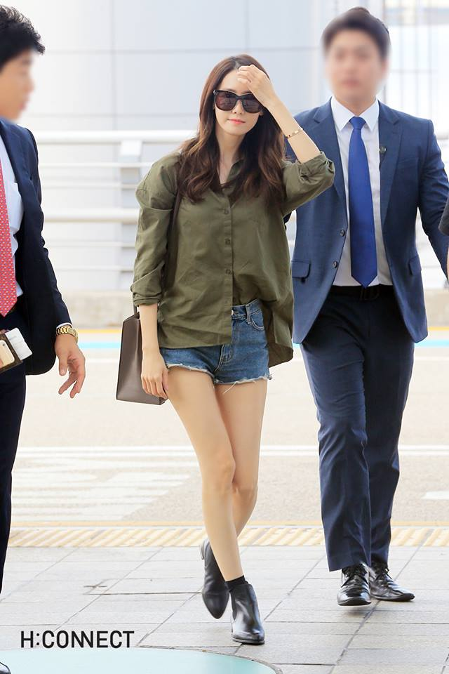 潤娥最新的機場時尚也是穿著H:CONNECT的新款式,軍綠色上衣是不是有點初秋的感覺了呀~配上尖頭短靴氣場十足!